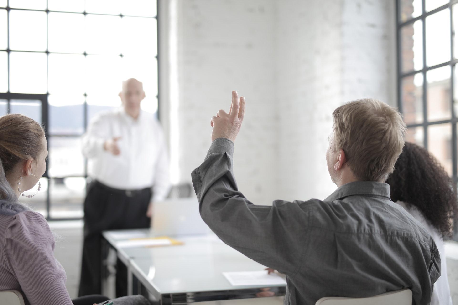 mand der rækker hånden op