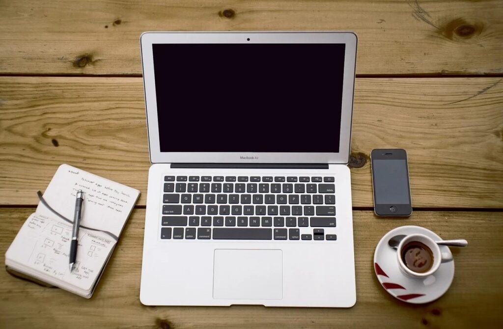 Bord med computer