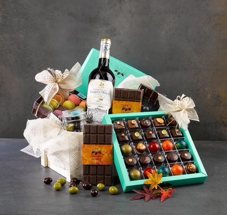 Kurv med chokolade og vin
